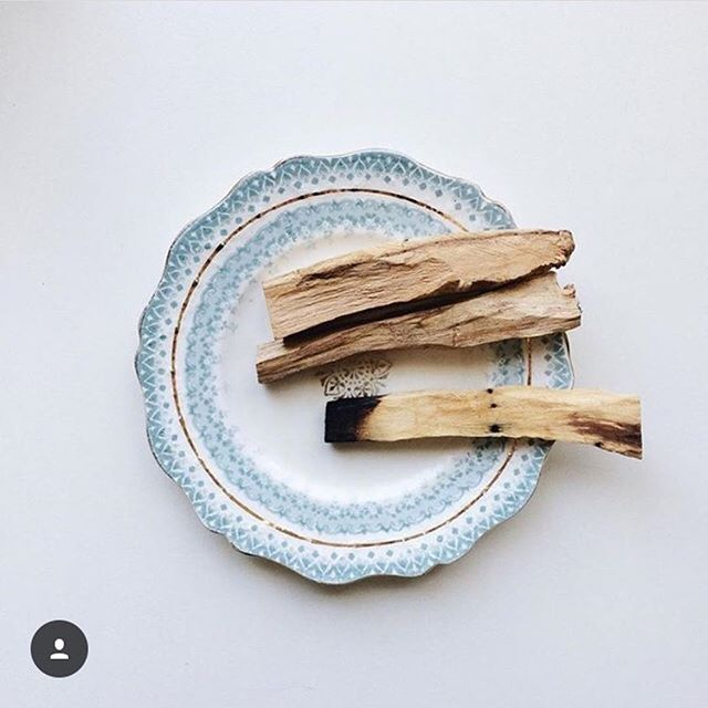 Afternoon relaxation with a little Palo Santo: always a good idea in our book. ⠀ ⠀ : @sarahnicolehunt