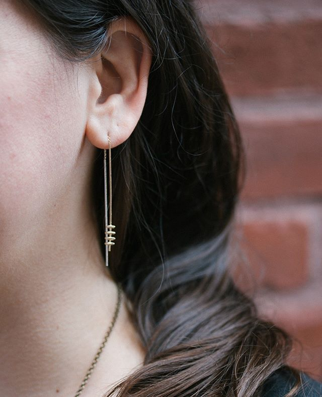 Love these gold threader earrings from @lioandlinn !