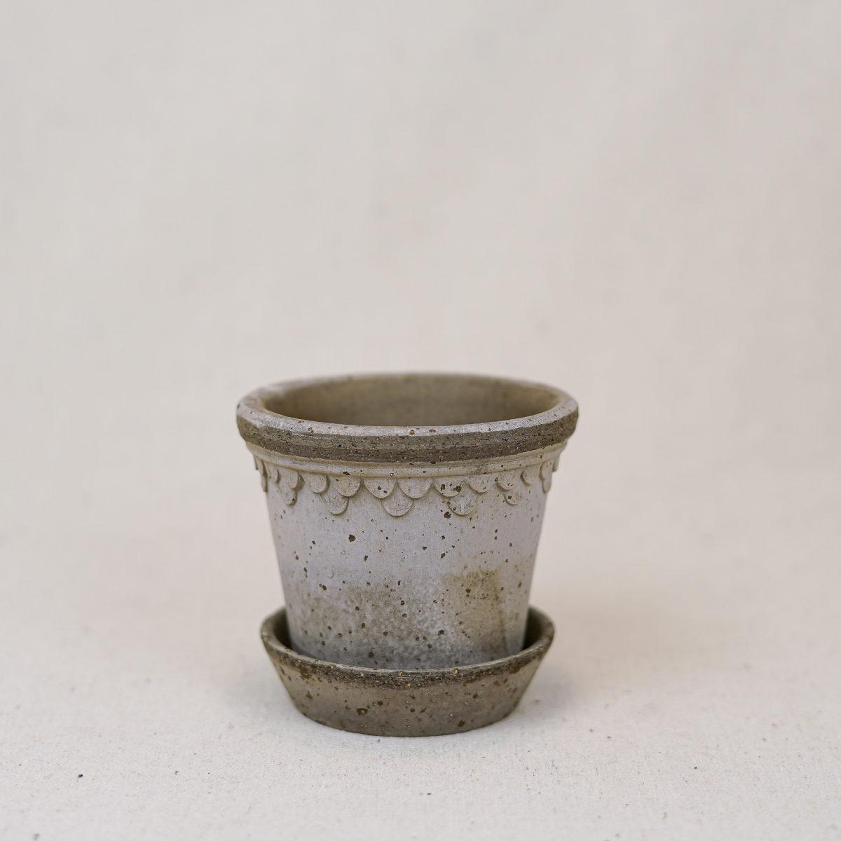 terracotta-double-scallop-pot-grey