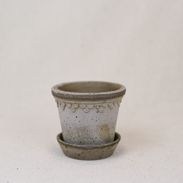terracotta-double-scallop-pot-grey